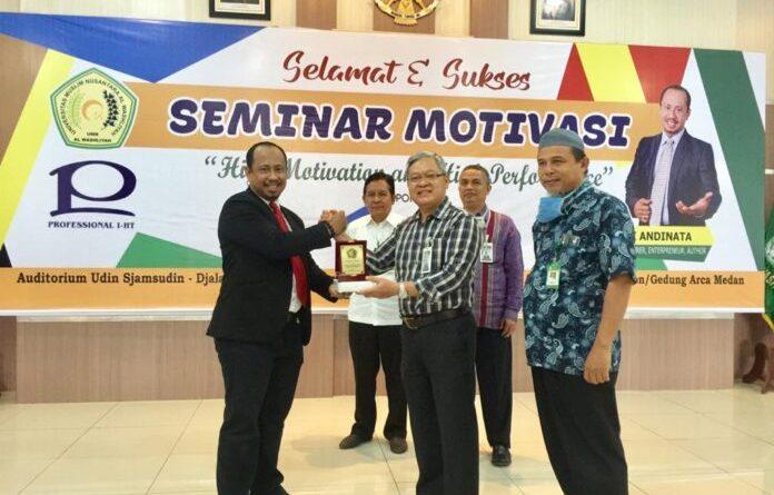 Fungsionaris dan Pegawai UMN Al Washliyah Ikuti Service Excellence